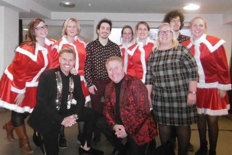 Artiesten Michael Lanzo en Koen De Smet met het rusthuispersoneel tijdens het kerstconcert in woonzorgcentrum Castelmolen in Meerbeke.