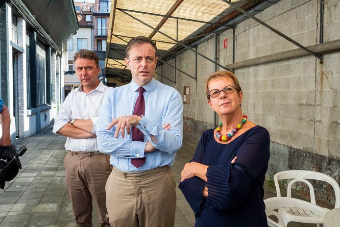 Burgemeester Bart De Wever bracht vorig jaar nog een bezoek aan vzw Payoke. Nog op de foto: Patsy Sörensen en directeur Klaus Vanhoutte.