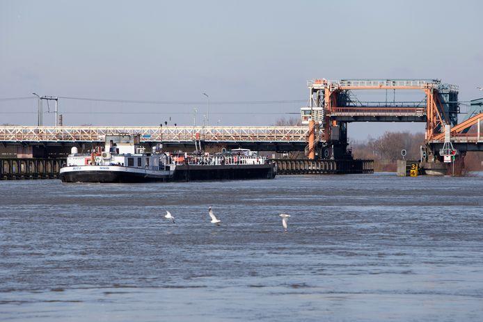 De oude IJsselbrug is nog steeds een bottleneck voor scheepvaarttransport. Volgens advies- en ingenieursorganisatie Arcadis kan het vervangen van de brede pijlers onder de aanbruggen het probleem oplossen.