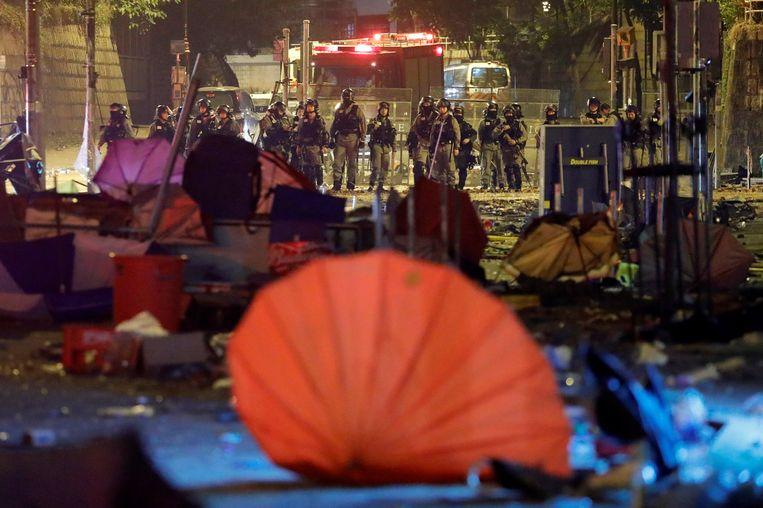 Politieagenten omsingelen de campus van de Polytechnische Universiteit in Hongkong.