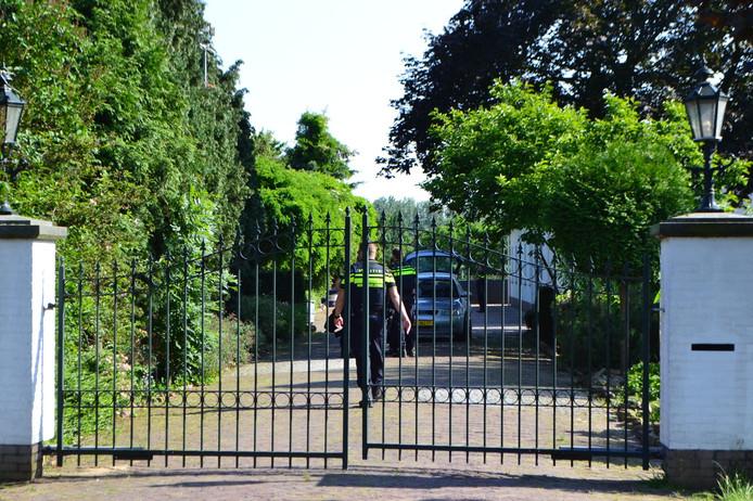 De politie gisteravond bij de villa in Bemmel na het schietincident.