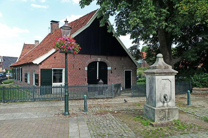 Raadhuisplein 6, oftewel het karakteristieke oude Froenshuis, wordt het onderkomen van fotozaak Foto Village.
