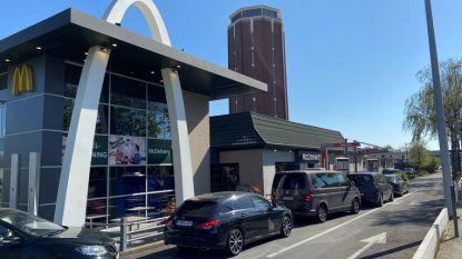 """McDonald's heropent drive-ins: """"File van niet minder dan 80 wagens"""""""
