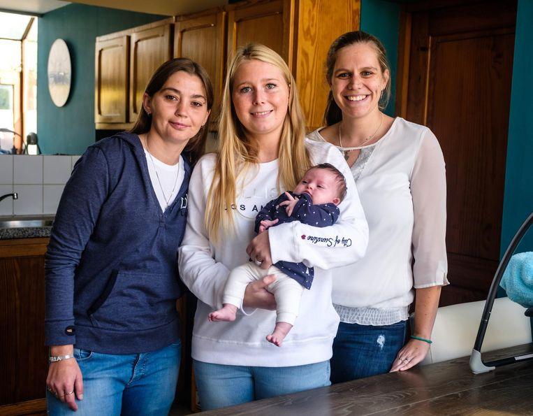Meter Laura De Smedt houdt de kleine Ella in de armen. Links en rechts poseren Ella's mama's Kelly De Smedt (links) en Vicky Dewitte.