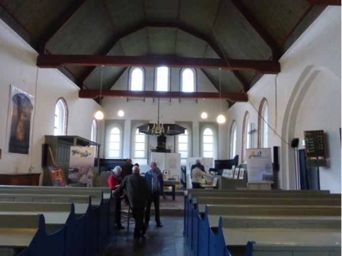 Hof te Zandekerk in Kloosterzande met nog alle historische, maar harde houten zitbanken.