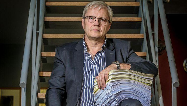 Paul Van der Stappen met de enorme stapel sollicitatiebrieven die hij stuurde. Telkens kreeg hij nul op rekest.