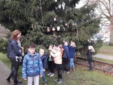 Leerlingen basisschool Breedeweg sieren kerstboom bij gemeentehuis op
