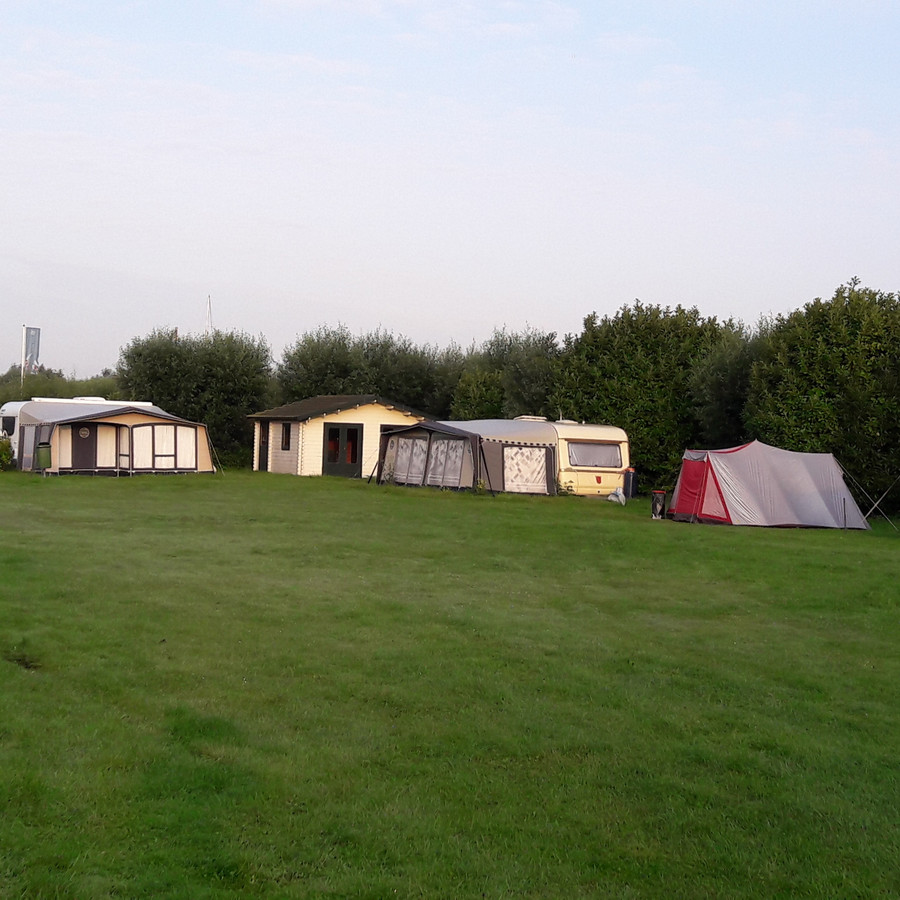 Het veld is alleen aan de randen bezet. Het middendeel zit vol bulten en kuilen, het gras staat hoog.