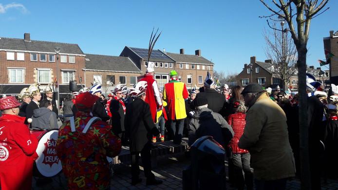 De doorsteek tussen twee pleinen in Elst was dinsdagmiddag reden voor een feestje.