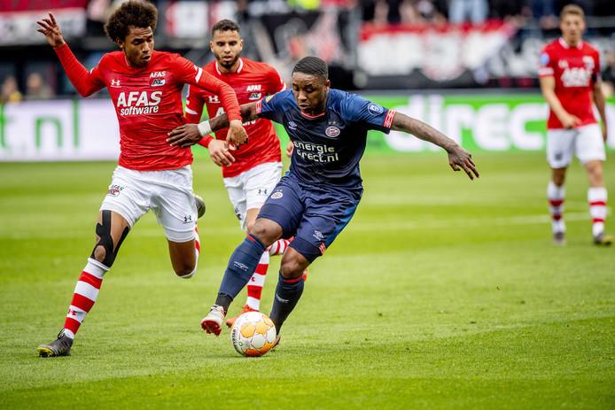 PSV verloor het laatste uitduel met AZ, in mei van dit jaar. Steven Bergwijn en Calvin Stengs vechten hier een duel om de bal uit.