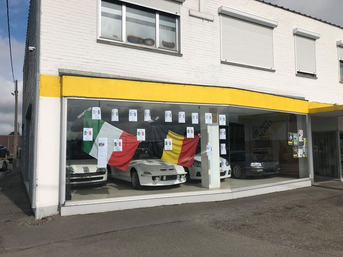 Bij takeldienst Dierickx hangt de gevel vol met affiches om de uitbaters van frituur Fritaliaan te steunen. Ook de Belgische en de Italiaanse vlag werden er opgehangen.