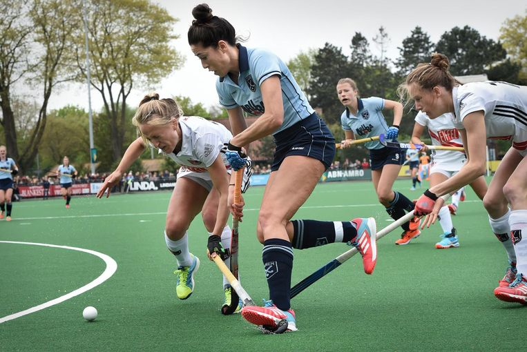 Van As is moeilijk te stoppen in haar laatste wedstrijd tegen Amsterdam. Beeld Marcel van den Bergh