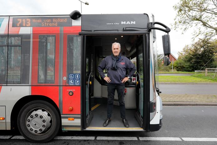 """Chauffeur Dick van Raffen reed tot het laatst de alternatieve busroute van de Hoekse Lijn, die mensen nog steeds namen. ,,Sommige passagiers wisten niet dat de metro al rijdt."""""""