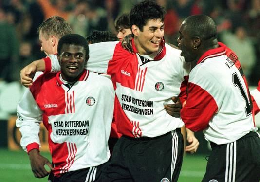 Julio Ricardo Cruz viert zijn treffer tegen Juventus met George Boateng (links) en Ulrich van Gobbel.