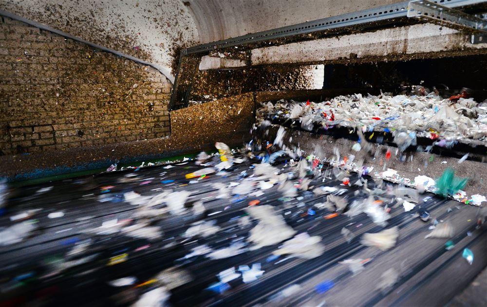 Bij 4Pet Recycling in Arnhem worden petflessen verzameld en vermalen tot een grondstof voor nieuwe producten.