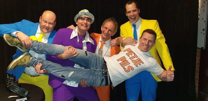 Patrick Verstralen alias Petje Pils uit Maashees met Johan Vlemmix (oranje pak) en feest dj Maarten.