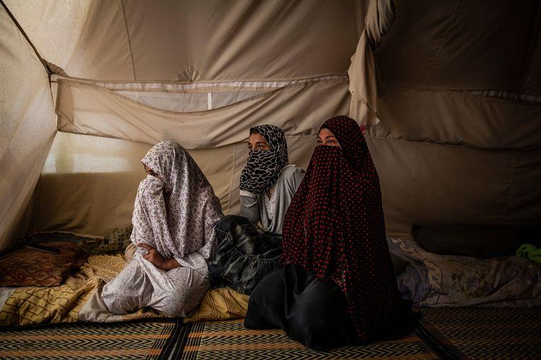 Een Egyptische vrouw met haar twee dochters in het kamp Al Roj.  Beeld Hollandse Hoogte / The New York Times Syndication