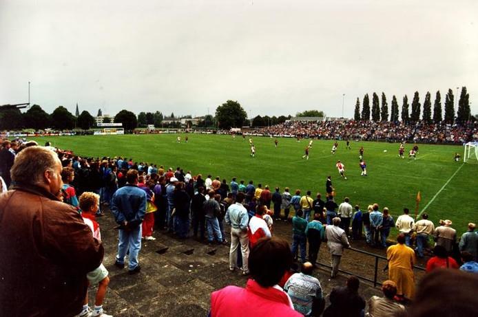 Naar schatting 7000 toeschouwers waren op sportpark De Dennen getuige van Nijmeegse Boys-Ajax, op maandag 13 juli 1992. foto archief Nijmeegse Boys