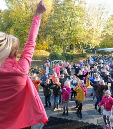 Heel Wierden danst met Sinterklaas voor een record