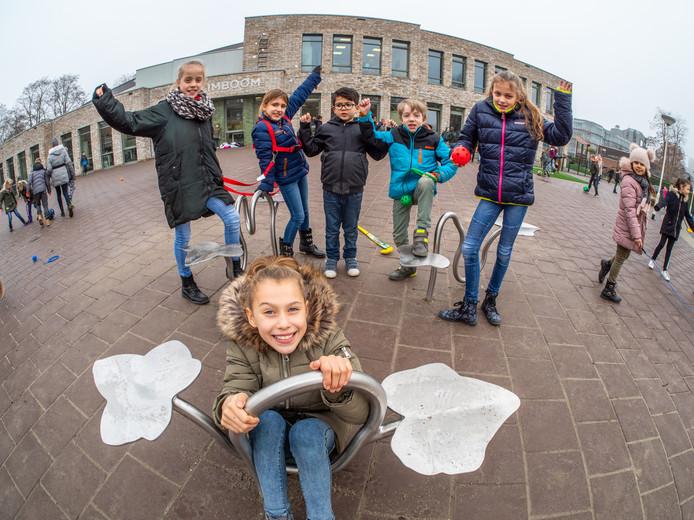 Jalyssa op bij het kunstwerk van kunstenaar Reinier Langendijk uit Hoek van Holland voor het schoolgebouw van IKC De Klimboom aan de Nesciohove.