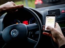 Bijltjesdag in Almelo: politie bekeurt tientallen automobilisten op drukke weg