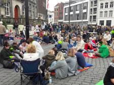 'Eindelijk tijd om een bammetje te eten': stakende leerkrachten picknicken op de Markt