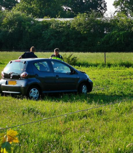 Auto belandt in weiland in Wageningen na botsing