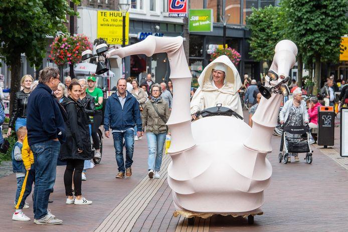 Straattheater in Almelo als een soort bewegende optocht door de stad mag in september waarschijnlijk wel.