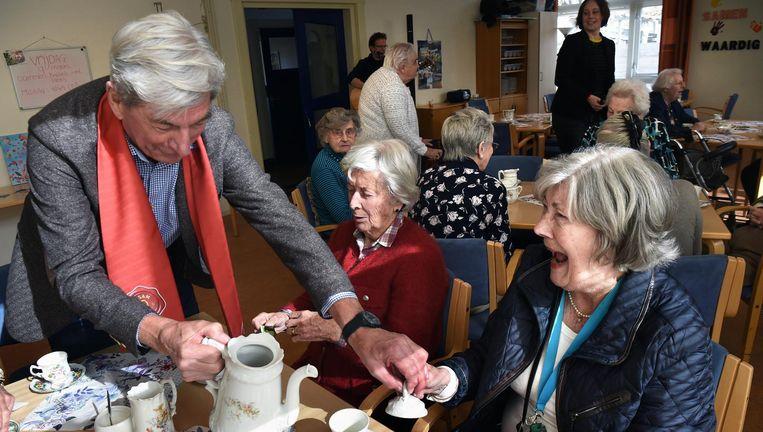 Ouderen in Heemstede genieten van de high tea. Beeld Marcel van den Bergh