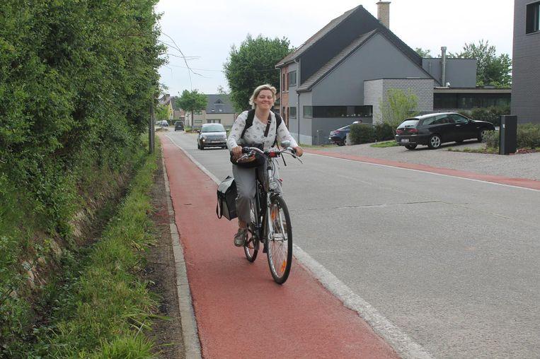 Een fietsster test het nieuwe fietspad van de Negenbunderstraat.