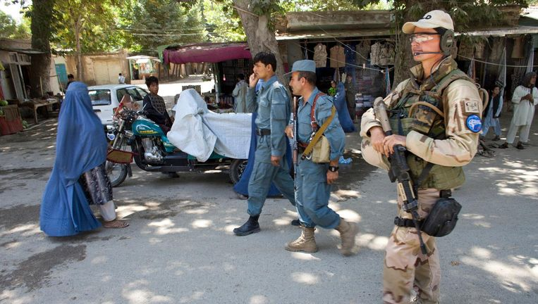 Nederlandse militairen begeleiden Afghaanse politie-agenten tijdens een patrouille in Khanabad. Beeld null