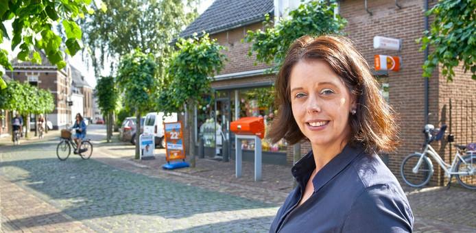 Eigenares Kim Vogelsangs voor het postkantoor te Ravenstein.