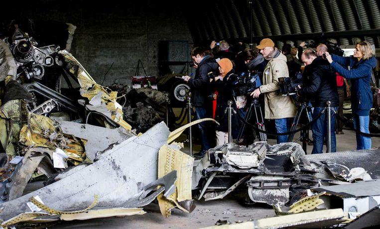 Nabestaanden van de slachtoffers van de ramp met vlucht MH17 bekijken de wrakstukken op de vliegbasis Gilze-Rijen. Beeld anp