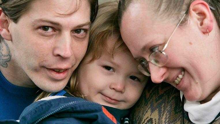 Adolf Hitler Campbell (midden) met zijn vader Heath (links) en moeder Deborah (rechts) op 3-jarige leeftijd op een archieffoto uit 2008. Beeld ap