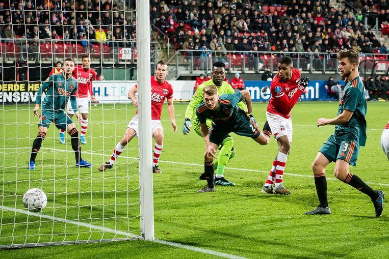 Myron Boadu (tweede van rechts) maakt de enige treffer in de thuiswedstrijd van AZ tegen Ajax in december. Beeld ANP Sport
