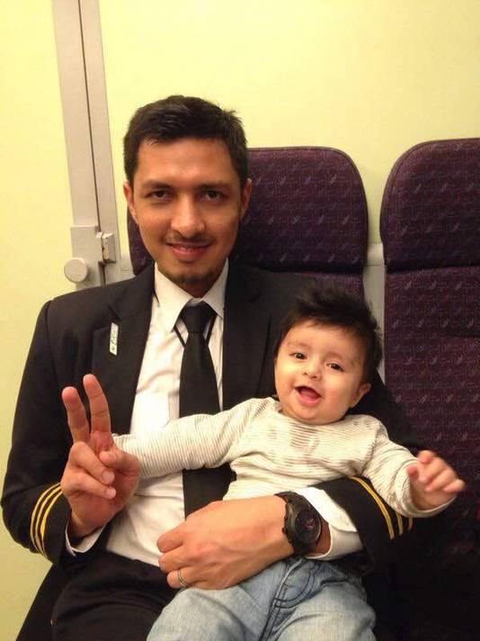 MH17 co-piloot Ahmad Hakimi Hanapi en zijn zoontje Abderrahman in juni 2017, een maand voor de crash.