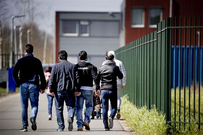 Het Centraal Orgaan opvang asielzoekers (COA) wil voorlopig geen gebruik maken van opvang voor vluchtelingen bij het voormalige RWB-terrein op het bedrijventerrein Zanddonk in Waalwijk.