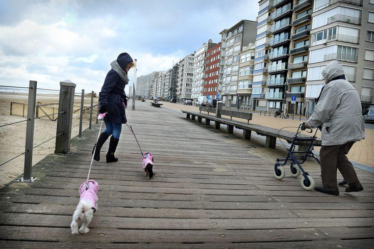 Oostende. Veel Belgen hebben er een tweede huis. 'Die flatgebouwen zijn de duivenhokken van de mensen.' Beeld Marcel van den Bergh / de Volkskrant