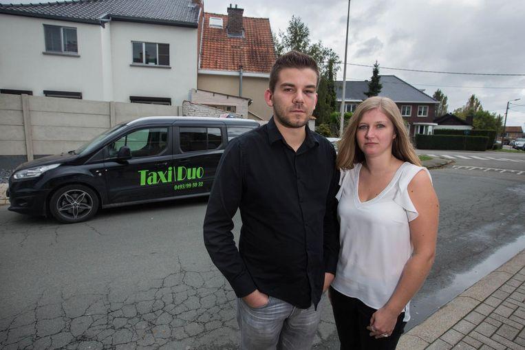 Taxichauffeur Stijn met zijn vriendin Linda, die op het moment van de feiten in de taxi zat. Stijn hield aan de aanval ook een blauw oog over, want de klant verkocht hem ook nog enkele klappen met een boksbeugel.