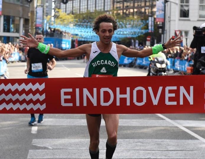Alessandro Claut uit Italië wint de halve marathon in Eindhoven.