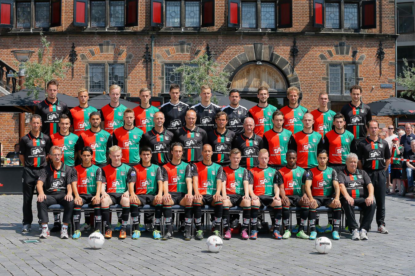 De selectiefoto van NEC in het seizoen 2012/2013, met Navarone Foor (voorste rij, tweede van links) en Jordy Tutuarima (voorste rij, tweede van rechts).