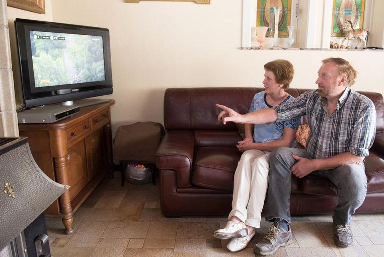 """Frederiks ouders kijken naar de Tour de France op de televisie. """"We kunnen niet alle ritten volgen, maar als we tijd hebben, dan zitten we voor de buis"""", zeggen Christine en Christian."""