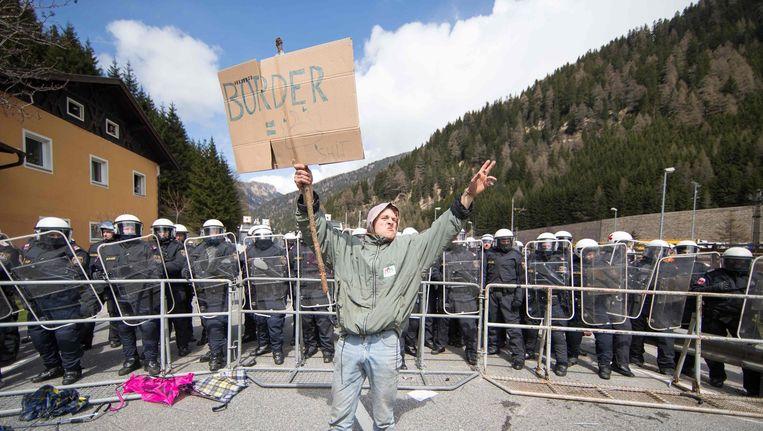 Jonge man protesteert tegen de grenscontroles in Duitsland.