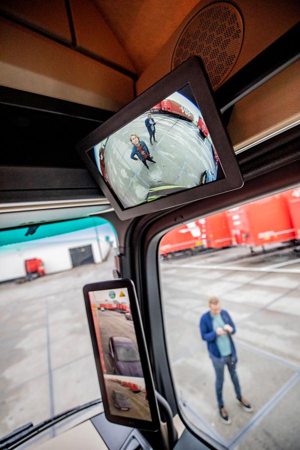 Wat zie je waar? De verslaggever staat voor de vrachtwagen, maar is met het blote oog niet te zien. Het beeld van de camera aan de voorzijde van de truck geeft wel beeld.