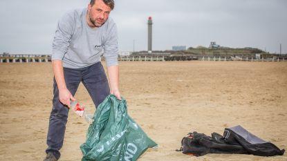 """Kevin Pierloot is elke dag op pad om het strand proper te houden: """"Afval opruimen is niet de oplossing, maar een middel"""""""