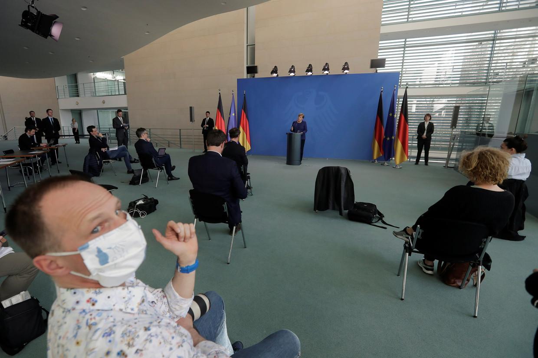 De Duitse bondskanselier Angela Merkel maandag op een persconferentie. Beeld Markus Schreiber / Reuters