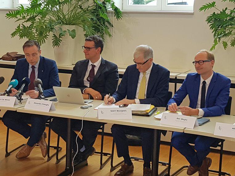Burgemeester Bart De Wever (N-VA), overkappingsintendant Alexander D'Hooghe, Vlaams minister-president Geert Bourgeois (N-VA) en minister van Mobiliteit Ben Weyts (N-VA) bij de voorstelling van het akkoord vanmiddag.