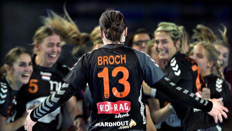 Direct na de beslissende winst op japan, zaterdag in Metz, komt Yvette Broch op haar medespeelsters aflopen om plaatsing voor Rio te vieren. Beeld Klaas Jan van der Weij