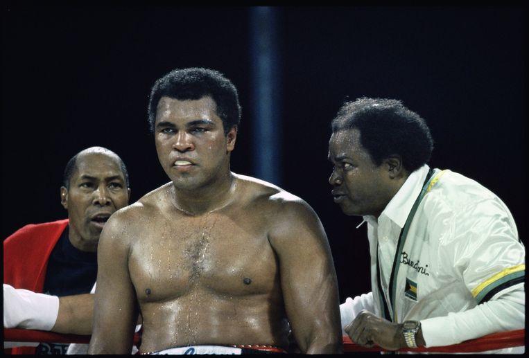 Muhammad Ali wordt door Drew Bundini Brown aangemoedigd tijdens zijn laatste duel als professioneel bokser. Beeld Guus Dubbelman