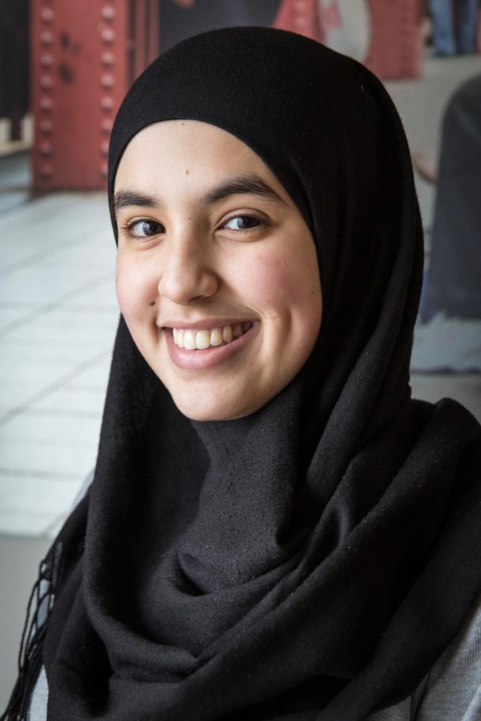 Meryem Maskouri (17), Marokkaanse ouders, leerling 5 vwo: ,,Een Nederlandse vriendin wilde eens weten wat het is om te vasten. Ik heb haar uitgenodigd, ze is blijven slapen. Dat was leuk en gezellig. Ze vertelt me op haar beurt meer over hoe zij is opgevoed. We praten ook veel over gevoelige onderwerpen. Je hoeft het niet altijd met elkaar eens te zijn, als je maar weet waarom iemand iets denkt. Ik sta altijd open voor vragen. Iemand vroeg me wel eens of ik thuis ook een hoofddoek draag. Ik vind het een blijk van interesse als mensen zulke dingen vragen.''